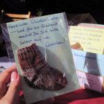 Foto vom Stand mit unseren Glückwunschkarten mit selbstgestricktem Geld-Söckchen, Foto: Lea Matusiak
