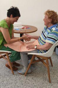Kim Häussler gibt eine Handmassage